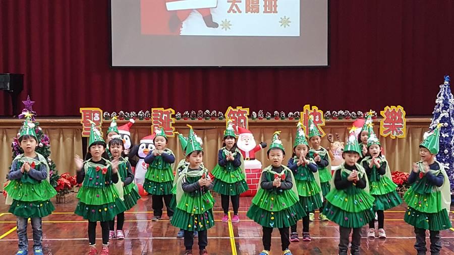 富春國小附幼舉辦大型跳蚤市集義賣,小朋友手足舞蹈揭開序幕。(陳淑娥攝)