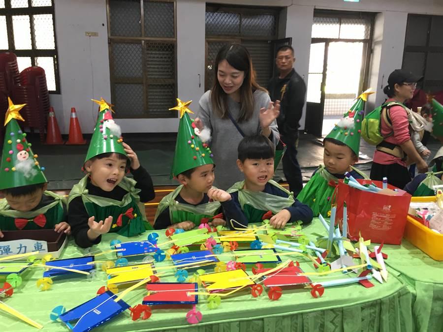 富春國小附幼舉辦大型跳蚤市集義賣,現場十分熱鬧。(陳淑娥攝)