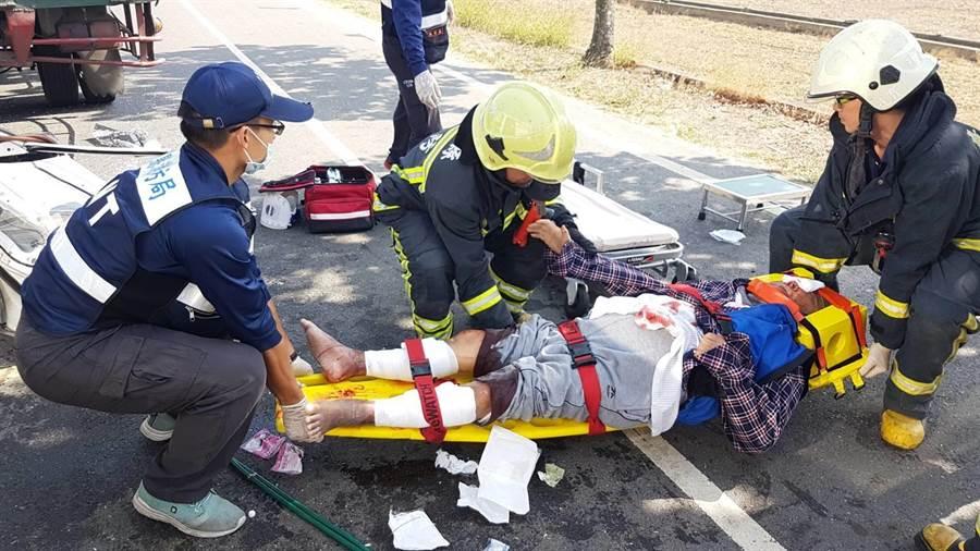 鹿草鄉中油加油站附近22日中午發生朴子醫院洗腎車(廂型車)及大貨車車禍事故,撞擊力道大導致廂型車車頭變形,司機及4名病人、看護受傷。(張亦惠翻攝)