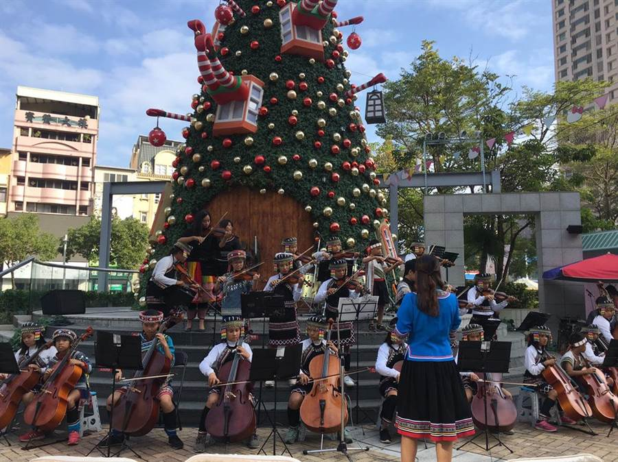 高雄市巴楠花部落學童22日下午在漢神巨蛋購物廣場一樓,舉辦音樂成果發表。(圖/扶輪社提供)
