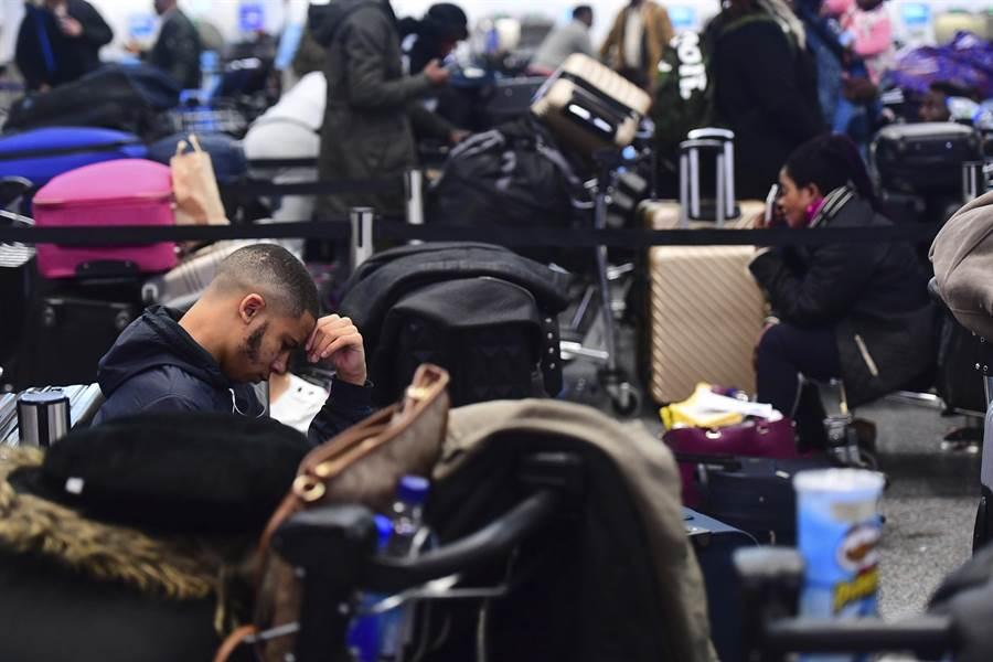 英國第二繁忙的蓋維克機場遭無人機亂入騷擾後航班大亂,影響12萬名旅客。圖為因班機延誤滯留於蓋維克機場的旅客們。(美聯社)