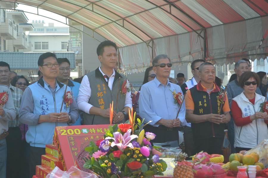 即將卸任的苗栗市長邱炳坤(右三)期許新任市長邱鎮軍(左二),發揮年輕人的行動力,帶領苗栗市走向更好的未來。(巫靜婷攝)