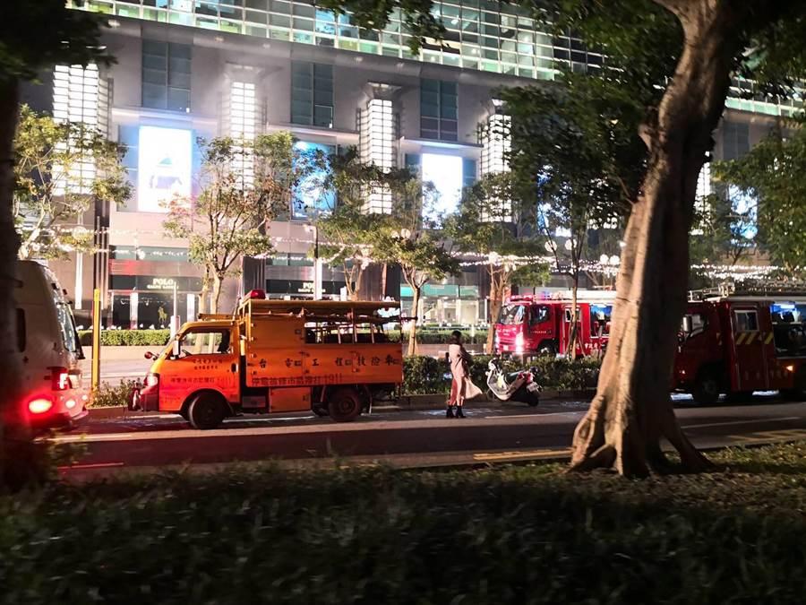 台北市101大樓驚傳火警,消防車輛21輛、救護車輛2輛前往灌救。(圖/網友提供)