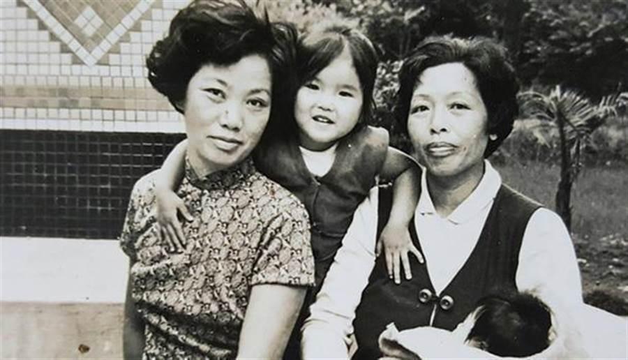 童年黃光芹(中)與抱著妹妹的媽媽(右)合影。(圖片來源:黃光芹提供)