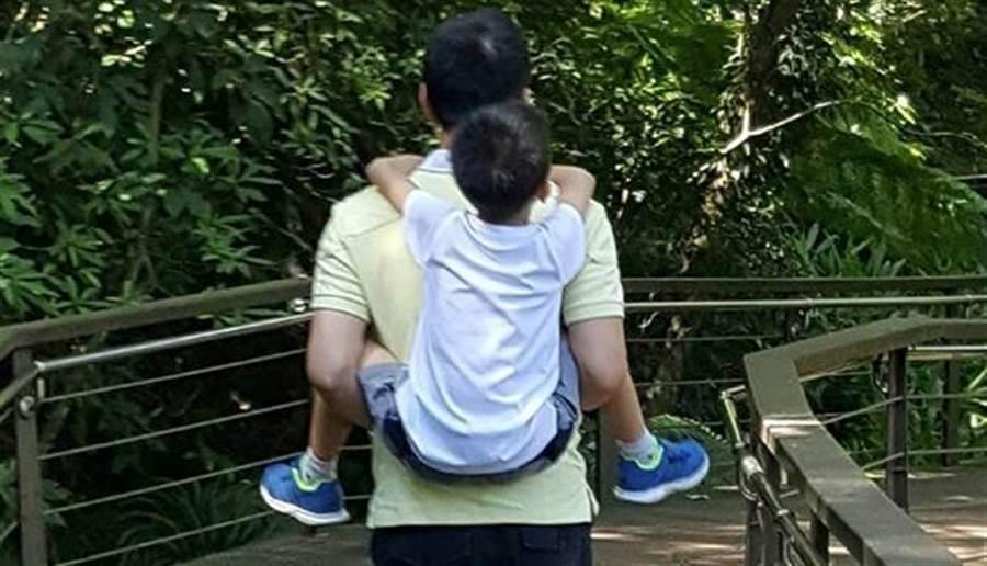 這張是爸爸楊文嘉揹著貝比的照片,是黃光芹備受感動的珍藏。(圖片來源:黃光芹提供)