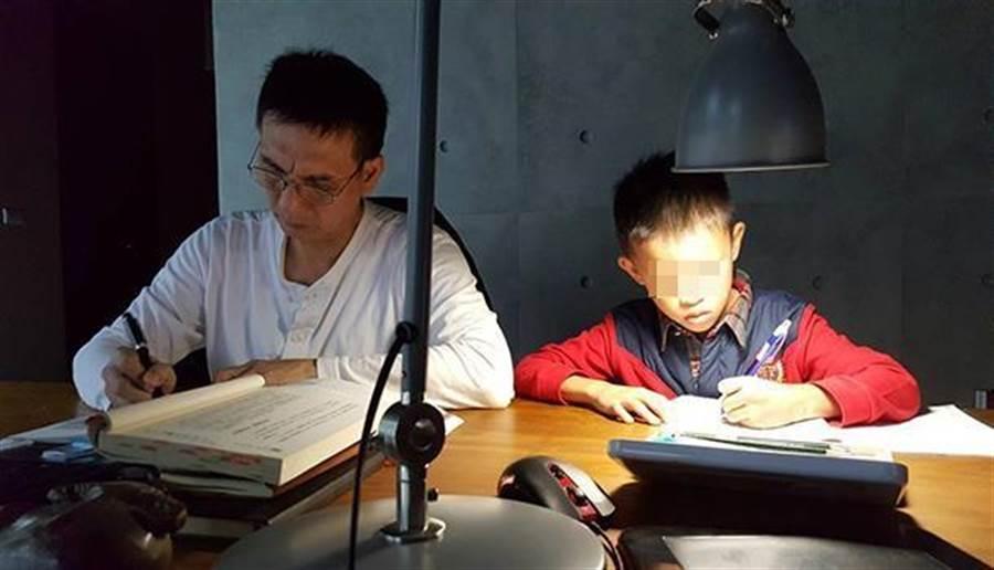 貝比的功課,通常都是爸爸楊文嘉顧著。(圖片來源:黃光芹提供)
