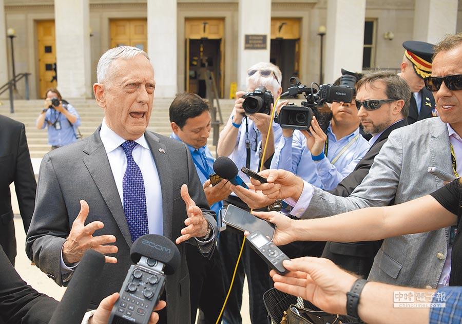 美防長馬提斯請辭。圖為8月8日,馬提斯在華盛頓五角大樓前回答記者提問。(新華社資料照片)