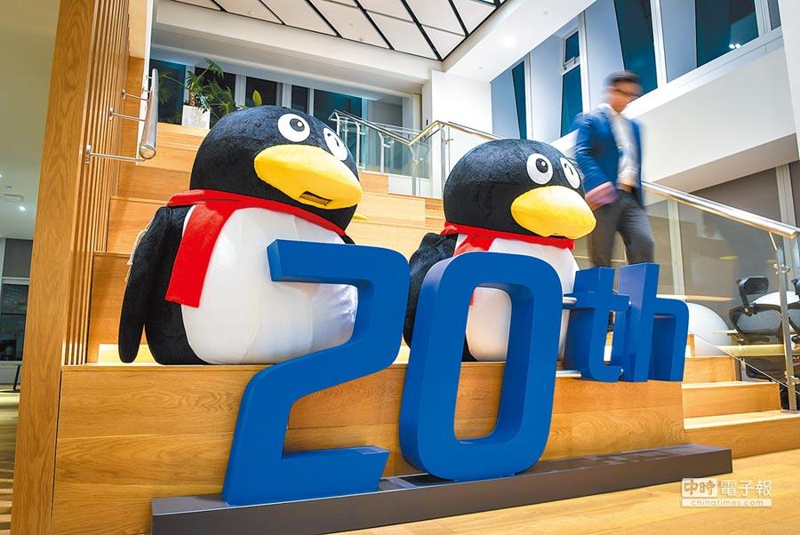 騰訊市值超越Facebook,躋身世界第5大網路公司。圖為深圳騰訊一大廈內,紀念成立20周年裝飾品。(新華社資料照片)