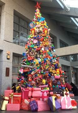 玩具、耶誕樹妝點校慶 環保、愛心滿溢中峰校園