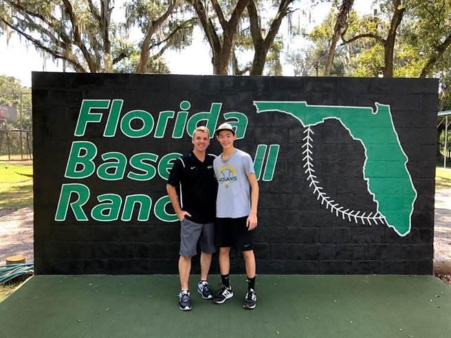 萊恩(左)至德州棒球農場佛州分校,獲得蘇利文的復健協助。(Ben Wong提供)