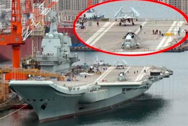 繼3次海試後,殲-15艦載機停在甲板尾部的著艦區,釋放出002艦即將再度海試的信號。(網路)