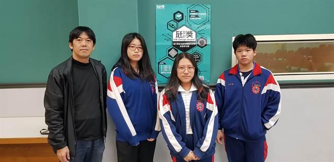 廣告設計科楊剴勛主任(左一)與學生林鈺旻(左二)、張怡婷(左三)、吳承翰共同支持「瓩設計獎」說明會。(戴有良攝)