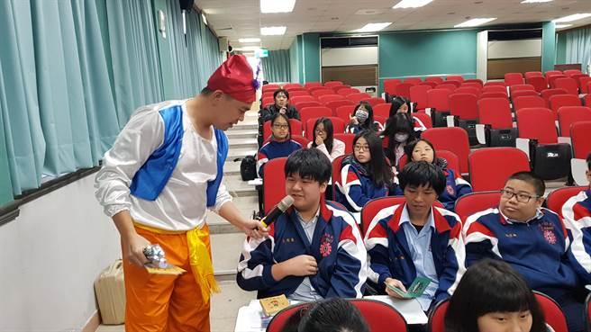 基隆商工學生與卡米地喜劇俱樂部演員互動。(戴有良攝)