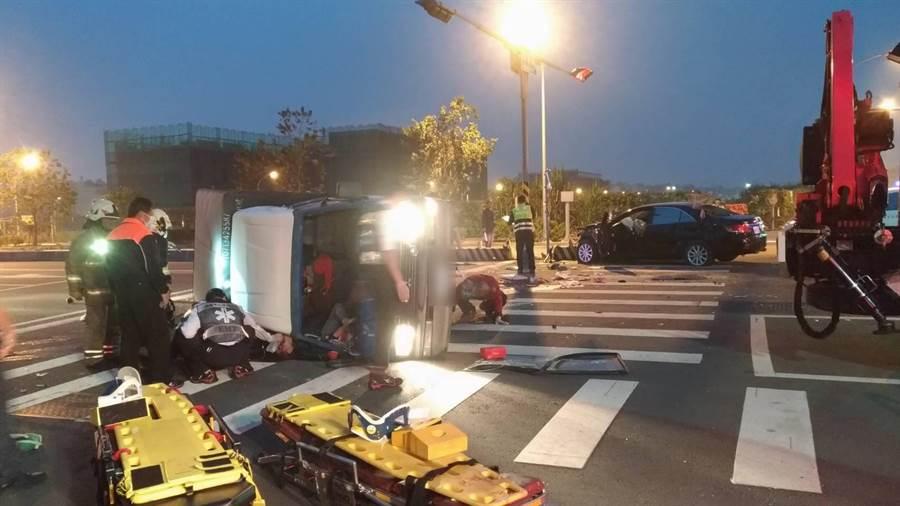 鳳山區牛寮、保華路口23日凌晨近6時發生自小貨車遭酒駕自小客車撞翻。(曹明正翻攝)