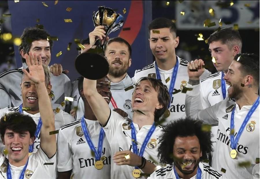 皇家馬德里勇奪2018足總世俱盃冠軍,莫德里奇(中)高舉獎盃。(美聯社)