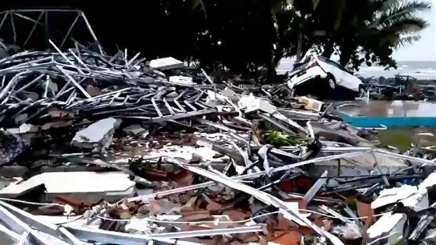 印尼巽他海峽附近海灘22日晚間遭海嘯襲擊,造成嚴重傷亡。(圖取自twitter.com/Sutopo_PN)