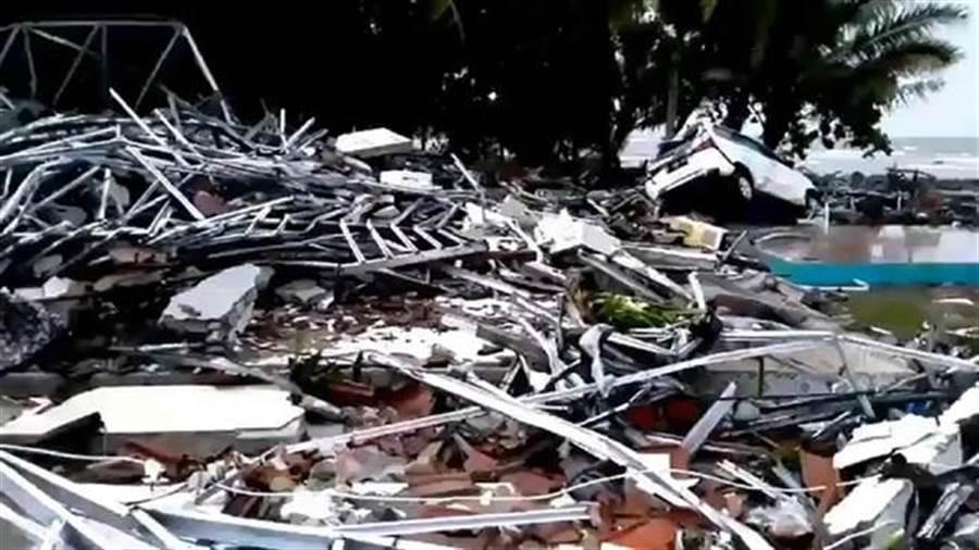 印尼巽他海峽附近海灘遭海嘯襲擊,造成嚴重傷亡。(圖取自twitter.com/Sutopo_PN)