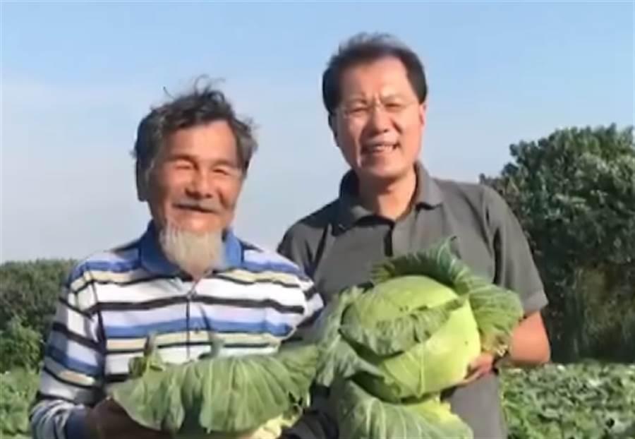 ▲吳芳銘與農民推廣農產品。(圖/取自中天新聞CH52)