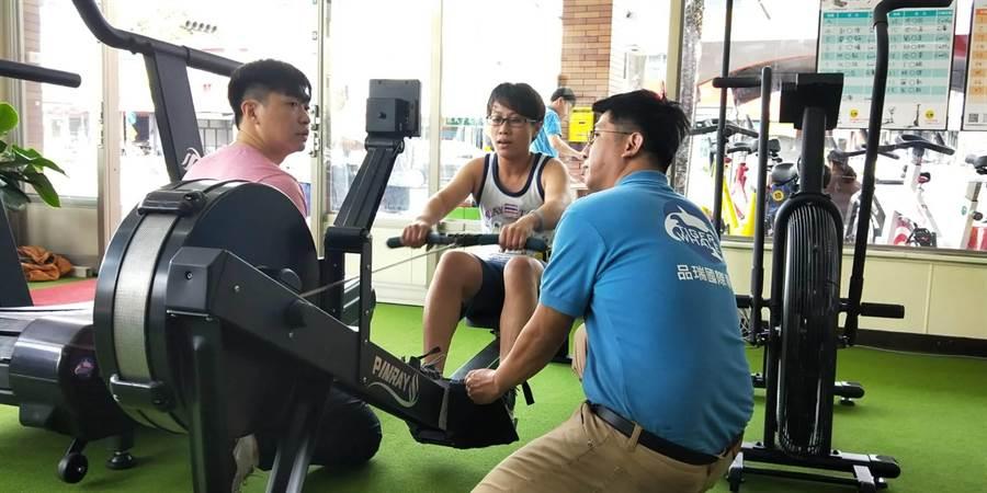 台中市某業者舉行有氧循環競賽,參賽者卯足全力拚了。(陳淑娥攝)