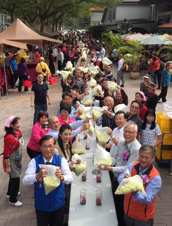南投縣長林明溱(左),率民眾製作泡菜,促銷高麗菜。(廖志晃攝)