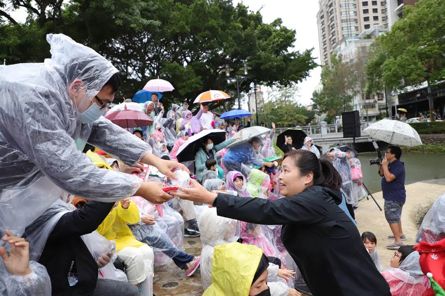 新竹市感恩季「耶誕市集」23日推出46個文創和美食攤位齊聚北大公園與親水公園。(徐養齡翻攝)