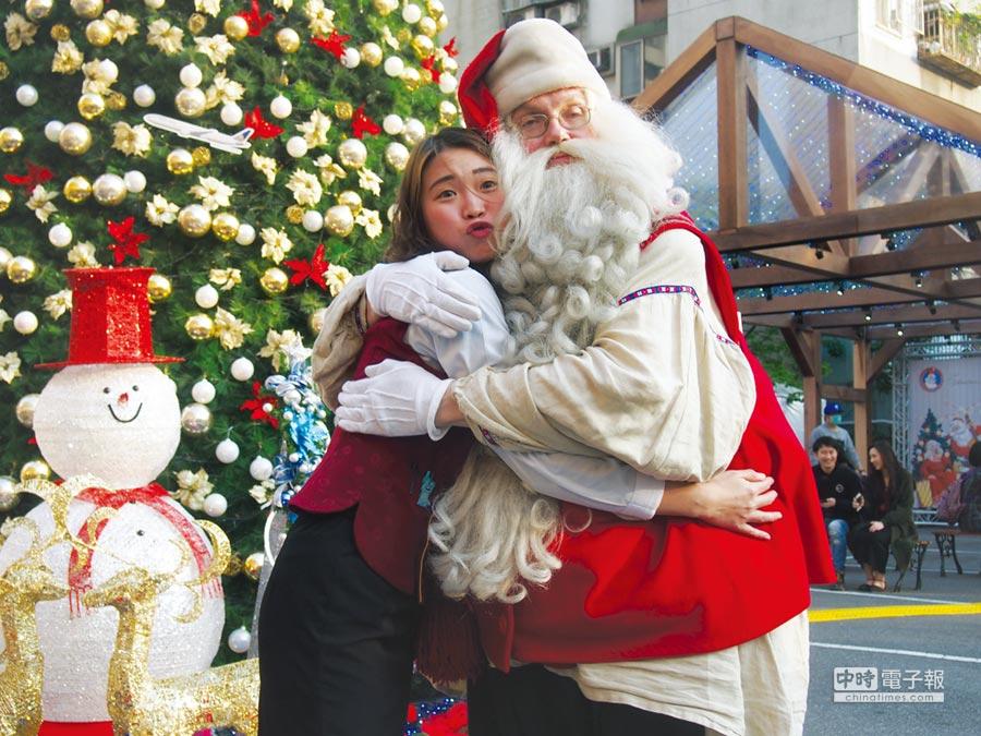 來自芬蘭的聖誕老公公,二度造訪台北福華報佳音。圖/業者提供