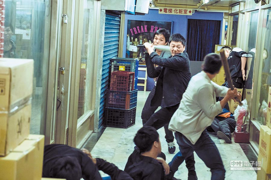 藍葦華劇中拳打腳踢又拿木棍K人,打戲拍得十分逼真。
