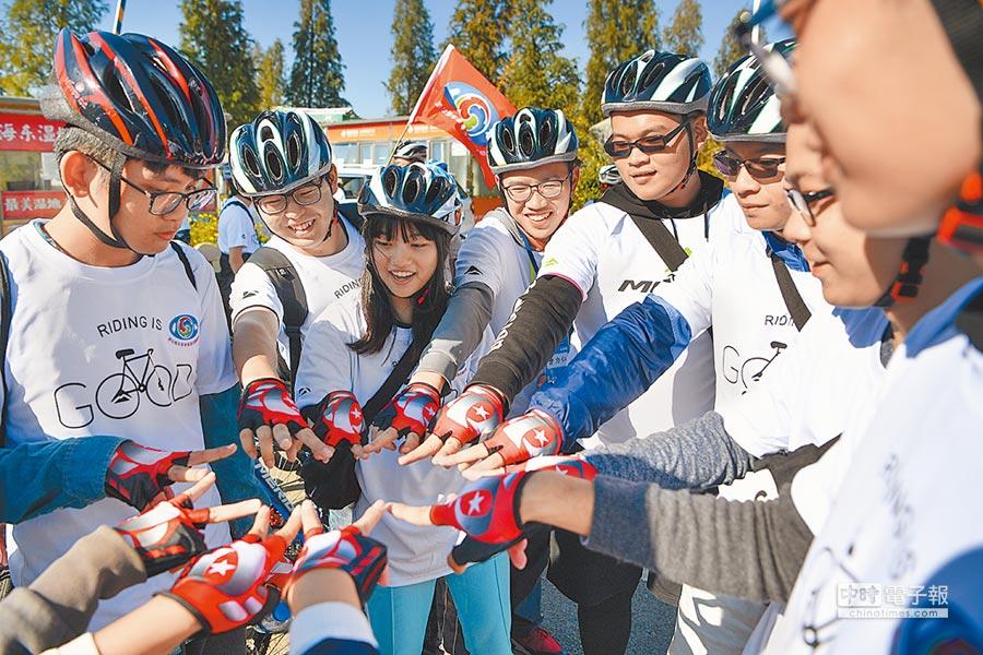 11月18日,來自滇台兩地的百餘名青年沿昆明滇池湖畔,開啟騎行之旅。(中新社)
