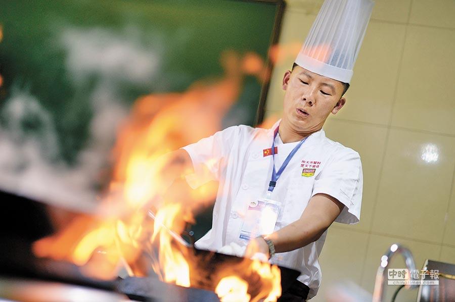 大陸饕客愛看美食紀錄片。圖為銀川廚師烹飪料裡。(新華社資料照片)