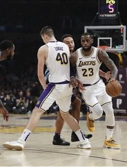 NBA》詹姆斯準大三元 湖人攻擊當機遭灰熊咬傷