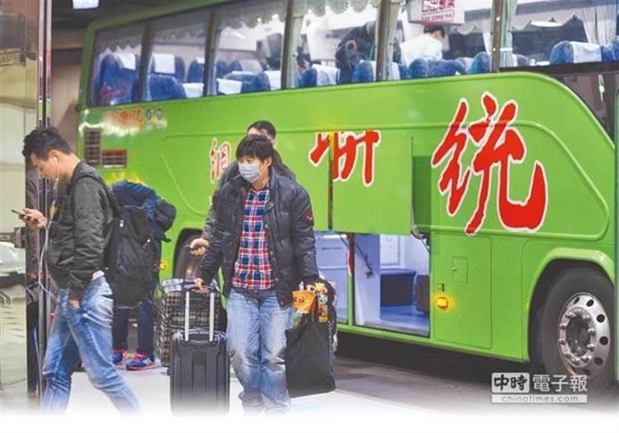 國道客運票價原擬今年元月起調漲,交通部介入協調喊卡後,業者決定3/4起調漲。(資料照片/季志翔攝)