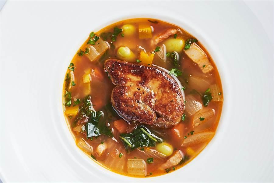 〈Mr. Onion〉全新菜單中的〈鴨肝什錦蔬菜湯〉,讓人垂涎的大塊鴨肝,非常有「誠意」。(圖/天蔥國際)