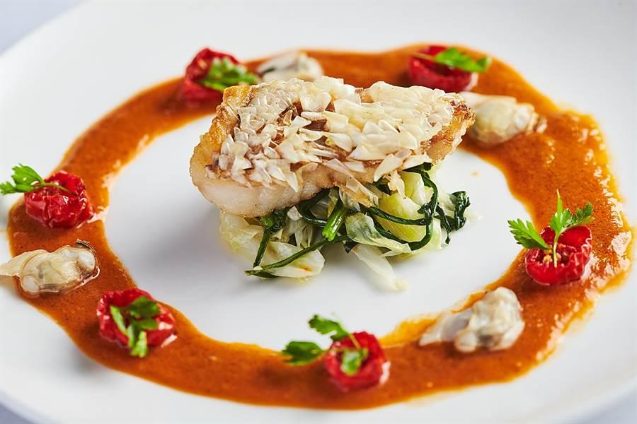 〈Mr. Onion〉新菜〈香酥馬頭魚佐蛤蠣番茄醬汁〉的魚肉是用近年米其林廚師頗愛採用的「立鱗燒」手法,將魚鱗炸到「站兵」且酥脆可食。(圖/天蔥國際)