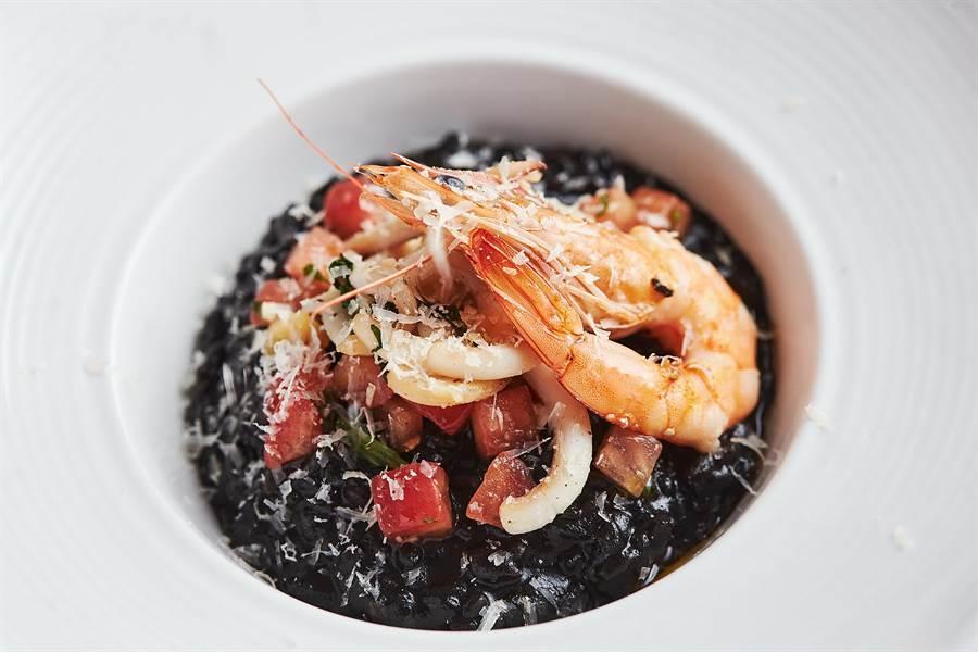 除了法式美味外,〈Mr. Onion〉重新定位後菜單上也新增了諸如〈義式鮮蝦墨魚燉飯〉等義式與地中海式料理。(圖/天蔥國際)