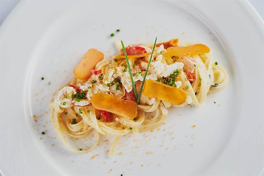 〈蟹肉烏魚子細扁麵〉是以手拆蟹肉增鮮,以烏魚子增鹹與添香。(圖/天蔥國際)