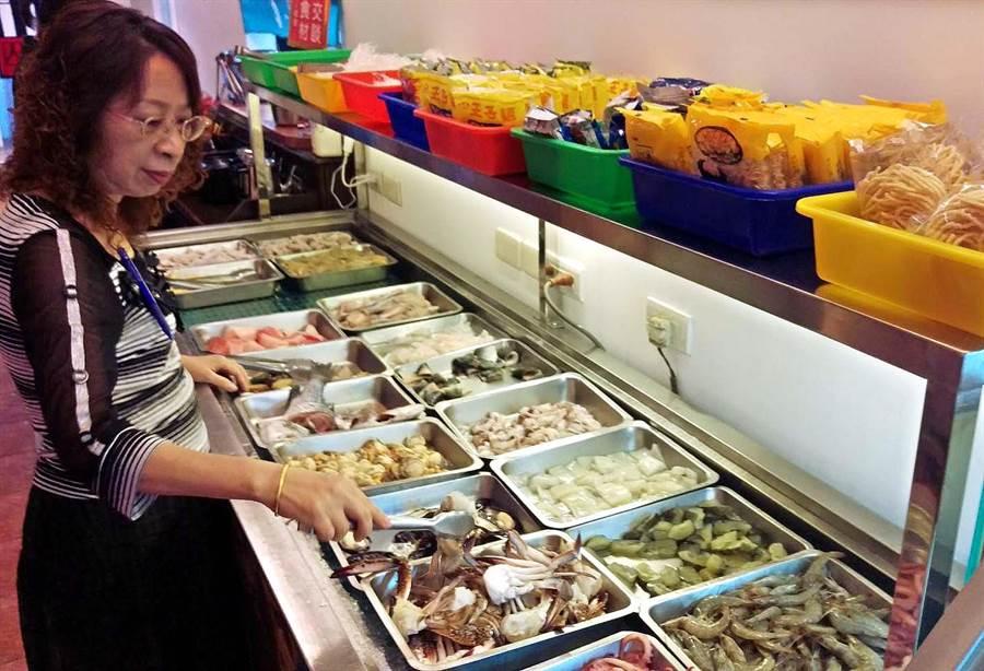 屏東市A-ONE吃到飽鴛鴦火鍋店最近剛開幕,各種肉類、海鮮高檔食材,讓饕客們盡情享用。(潘建志攝)