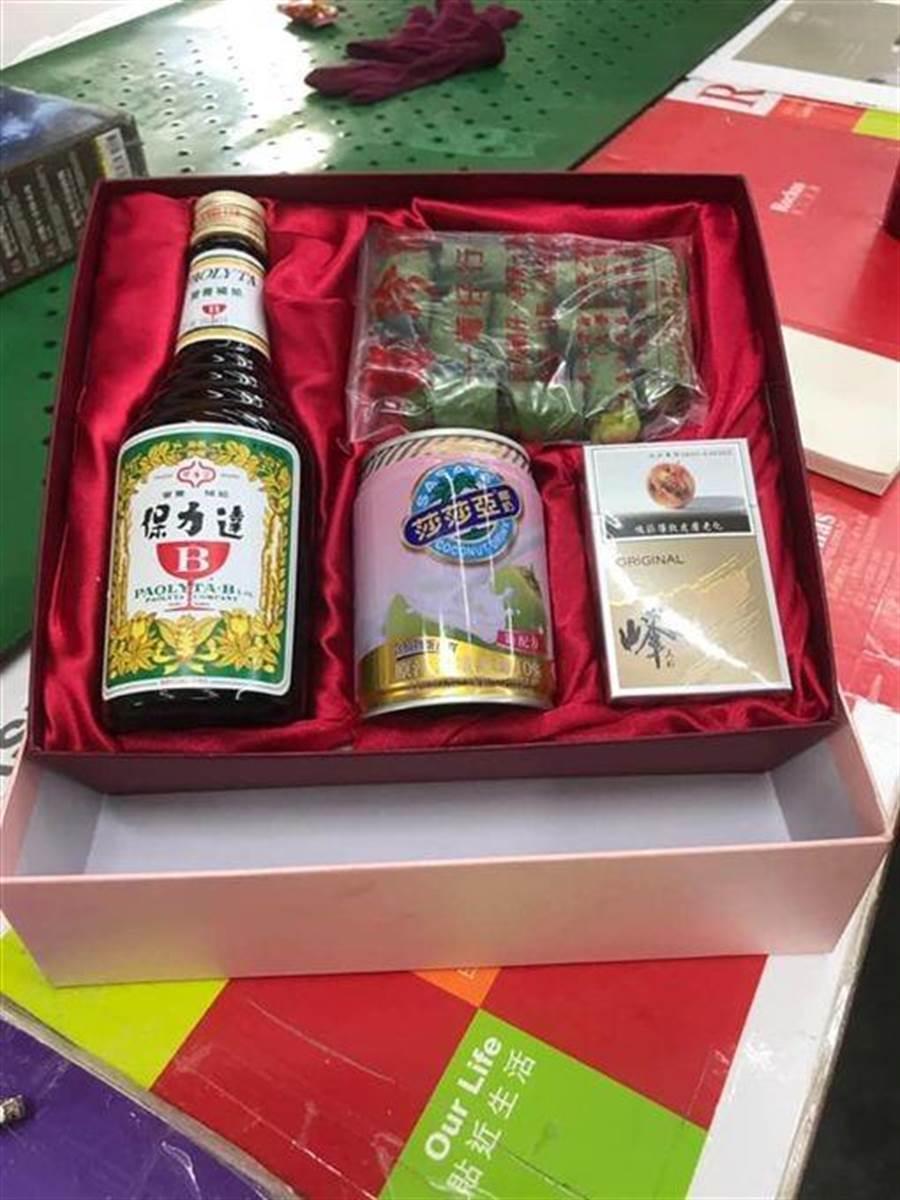 一名網友分享自己抽到的禮盒,被網友笑:「工地四寶」。(圖/翻攝自臉書社團《爆廢公社》)