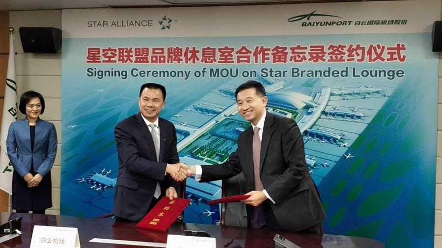 星空聯盟執行長Jeffrey Goh與廣州白雲國際機場董事長邱嘉臣於12月20日共同簽署合作備忘錄。(圖/王淑以)