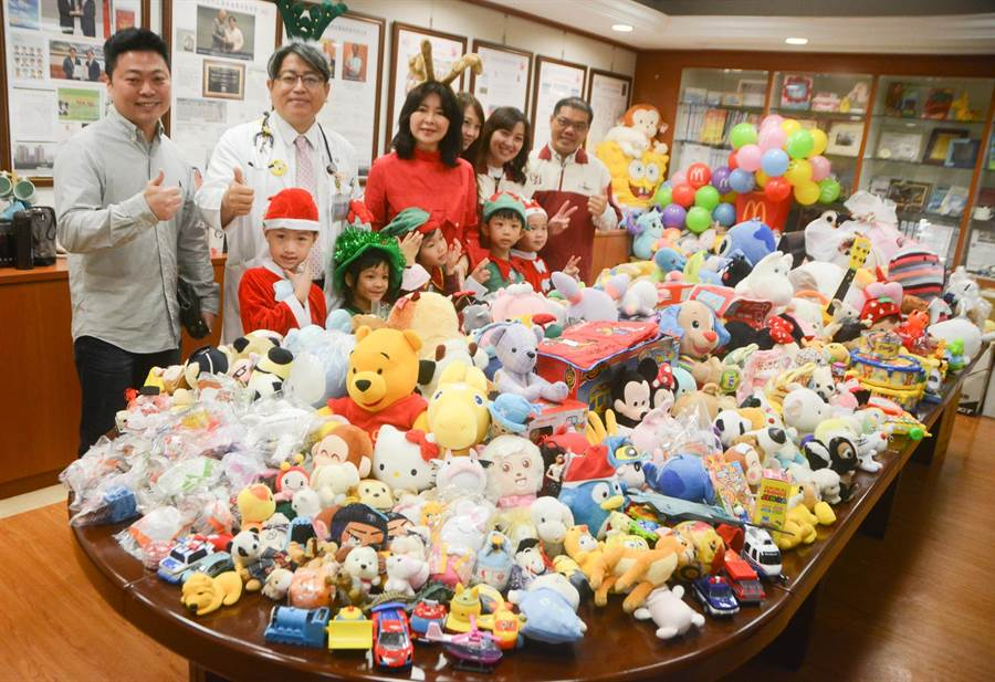 高雄長庚與麗文文化合作勸募二手玩具,耶誕節前送給病童,至今3、4年來已募得2萬多件。(林宏聰攝)