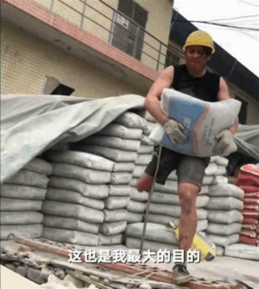 截肢青年杵著柺杖咬牙在工地上幹活的一幕讓許多人。(圖取自新京報)