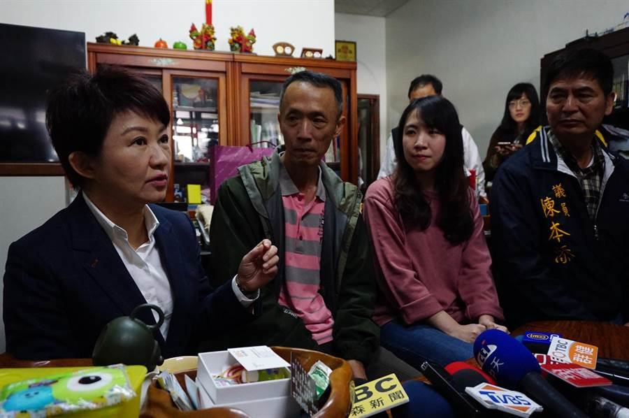 準台中市長盧秀燕(左一)前往豐原吳家關心因印尼海嘯受困的家屬。(王文吉攝)