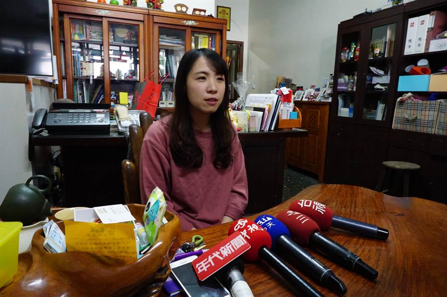 吳家二女兒吳子萍說明母親與姐姐現況,目前已轉院到雅加達的醫院,接受妥善治療。(王文吉攝)