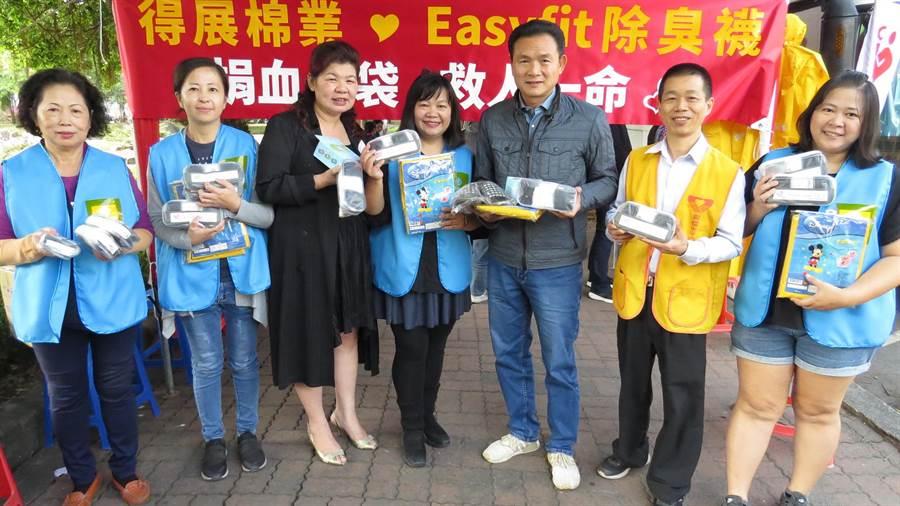 張惠英(左四)舉辦愛心捐血活動,往往吸民眾熱情響應,包括員林市長張錦昆(右三)等人也都共襄盛舉。(鐘武達攝)