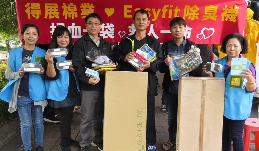 張惠英(左二)與企業伙伴舉辦愛心捐血活動,贊助的禮品常讓捐血民眾滿載而歸。(鐘武達攝)