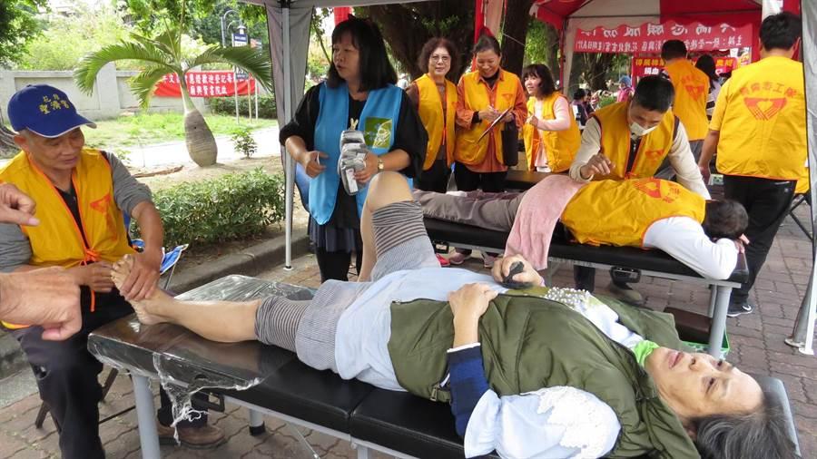 張惠英結合各社團舉辦愛心捐血活動,還提供捐血民眾推拿按摩的服務。(鐘武達攝)