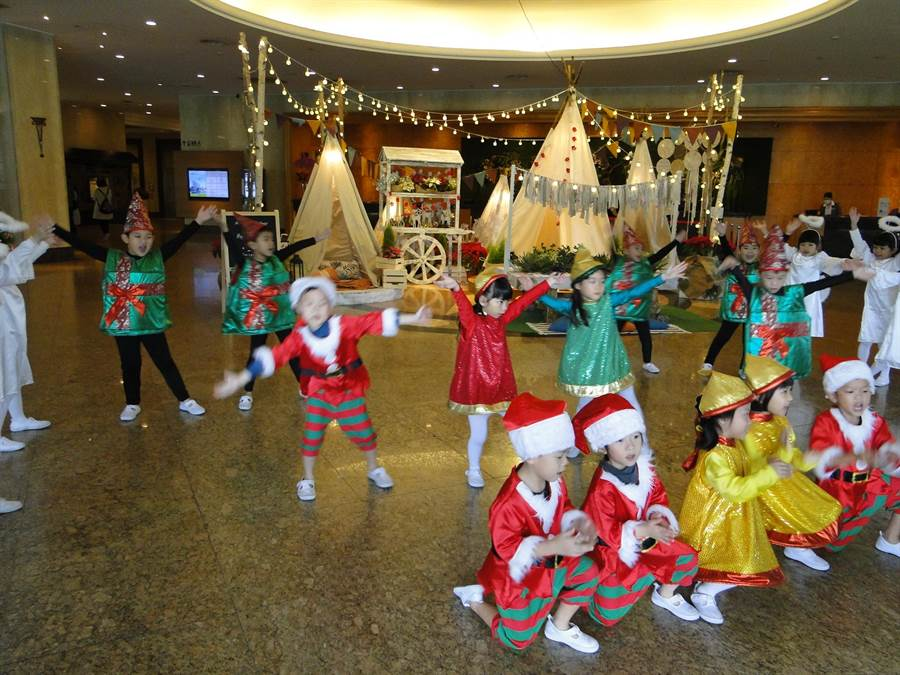 花蓮市天使幼兒園小朋友在美侖大飯店歌舞報佳音,大受歡迎。(范振和攝)