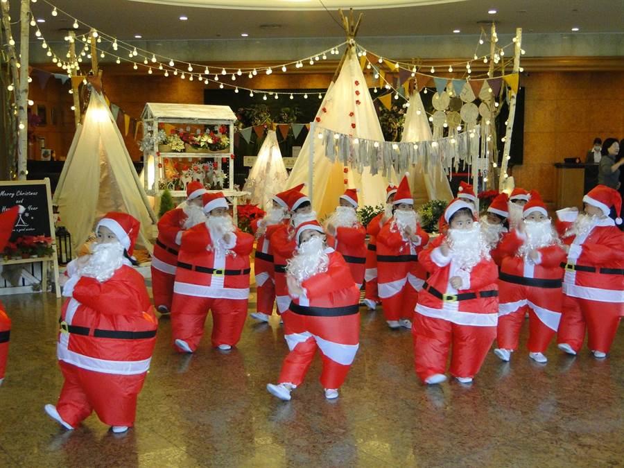 花蓮市天使幼兒園小朋友裝扮成耶誕老人報佳音,相當討喜。(范振和攝)