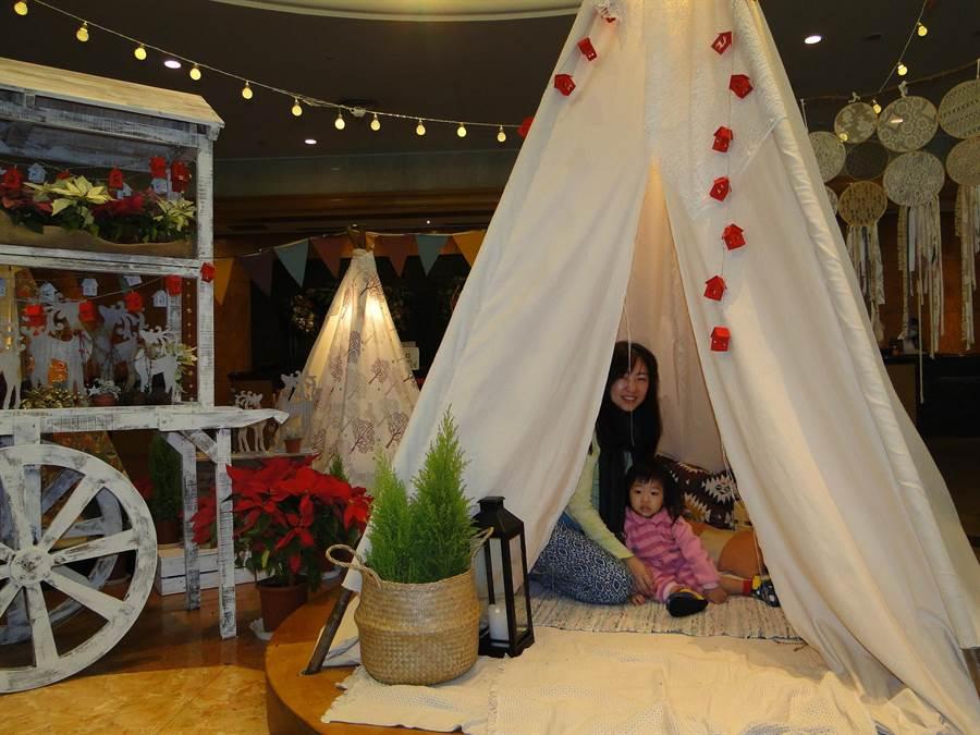 花蓮市美侖大飯店大廳布置的野營帳蓬,引來不少大小朋友嬉遊。(范振和攝)