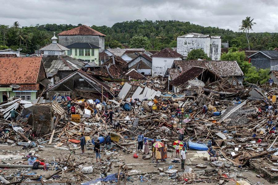海嘯重創印尼爪哇島、蘇門答臘島沿岸。(圖/美聯社)