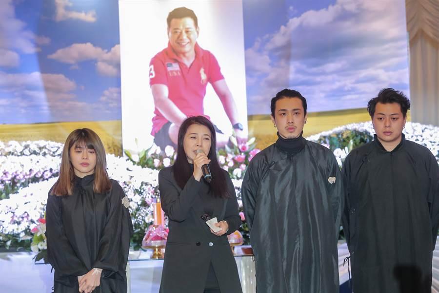阿娥帶著兒女家人一起感謝大家參加安迪人生畢業典禮。(盧禕祺攝)